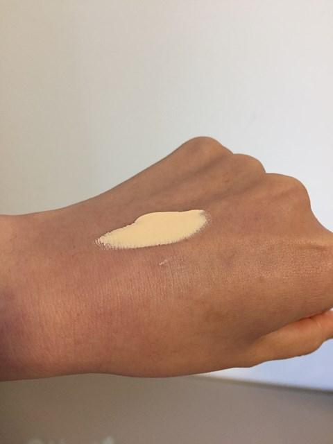 敏感肌・乾燥肌の私が使っているファンケルの化粧下地スキンケアクリームを手の甲に乗せてのテイスト