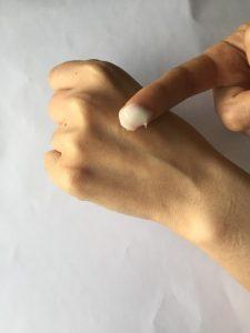 ちふれ化粧品の保湿エッセンシャルクリームを指につけてみた