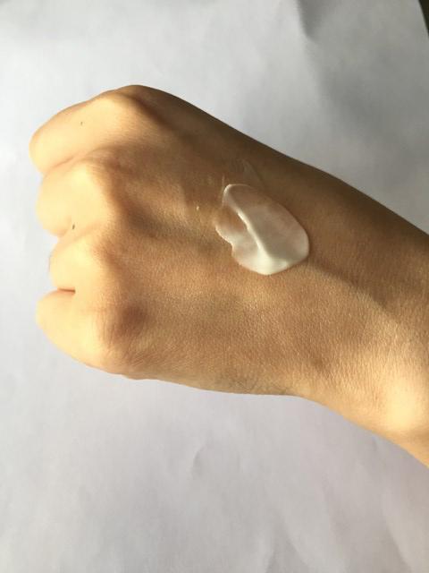 ちふれ化粧品の保湿エッセンシャルクリームを手の甲につけてみた